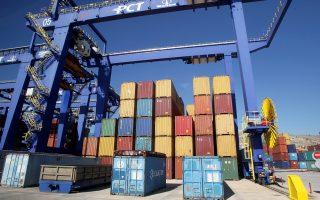 Οι ελληνικές εξαγωγές αγαθών κάλυψαν μόνο το 39% των εισαγωγών την περίοδο 2000-2014. Το αντίστοιχο μέγεθος την περίοδο 1990-2001 ήταν 40%.