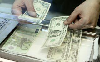 Το δολάριο υποχώρησε την Πέμπτη μετά την απόφαση της Ομοσπονδιακής Τράπεζας των ΗΠΑ, το βράδυ της Τετάρτης, να μην προχωρήσει σε αυξήσεις των επιτοκίων λόγω οικονομικής αβεβαιότητας.