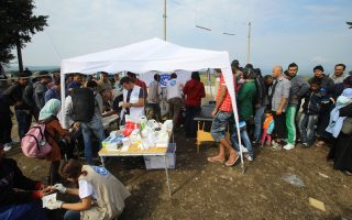 Εθελοντές ιατροί περιθάλπουν πρόσφυγες και μετανάστες στην Ειδομένη. Συχνό εμπόδιο, η δυσκολία στην επικοινωνία, που μπορεί να έχει συνέπειες στην παροχή της σωστής φροντίδας υγείας.