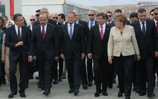 Η Γερμανίδα καγκελάριος Μέρκελ με τον πρόεδρο του Ευρωπαϊκού Συμβουλίου Τουσκ και τον Τούρκο πρωθυπουργό Νταβούτογλου, κατά την επίσκεψη της περασμένης εβδομάδας σε καταυλισμό προσφύγων στο Γκαζιαντέπ.