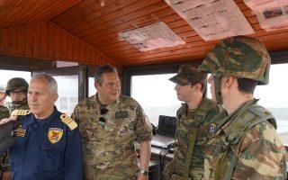 Ο υπουργός Εθν. Αμυνας  Πάνος Καμμένος και ο αρχηγός ΓΕΕΘΑ Ευάγγελος Αποστολάκης παρακολουθούν την εξέλιξη άσκησης των μέσων αεράμυνας που αναπτύχθηκε χθες στη Χίο.