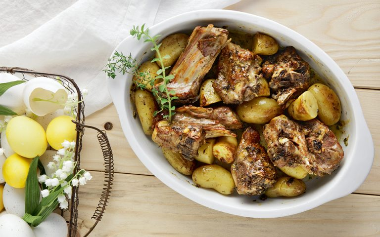 Αρνί στο φούρνο με πατάτες, ρίγανη, θυμάρι και ξύσμα λεμονιού