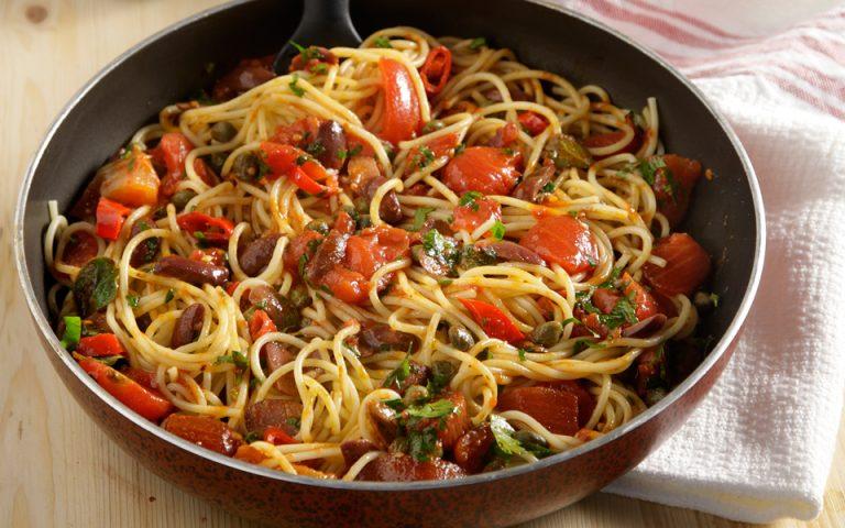 Σπαγκέτι puttanesca (με ντομάτα του κουτιού)
