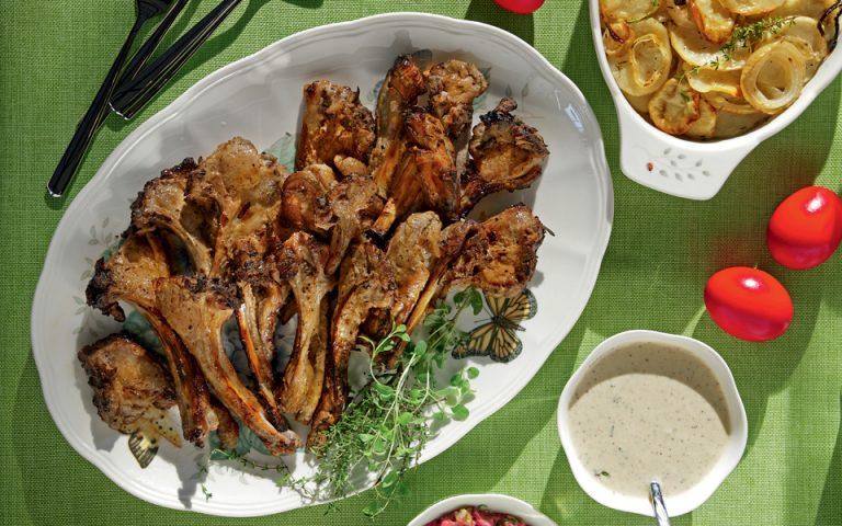 Αρνίσια «παϊδάκια», μαριναρισμένα σε ξινόγαλα και ψημένα με μυρωδικά και μέλι