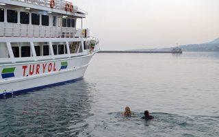 Ακτιβιστές έπεσαν στη θάλασσα εμποδίζοντας το πλοίο