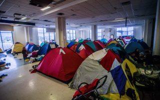 Στην Αίθουσα Αφίξεων του παλιού αεροδρομίου ζουν 1.500 άνθρωποι. «Τώρα πρέπει να περνάς ανάμεσα στις σκηνές πολύ προσεκτικά, αλλιώς σκοντάφτεις, πέφτουν οι σανίδες, τρομάζουν τα μωρά μέσα και φωνάζουν».