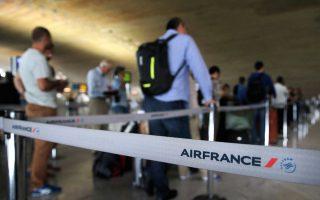 Γκισέ της Air France στο διεθνές αεροδρόμιο του Παρισιού «Σαρλ ντε Γκωλ» το 2014. Τις διαφωνίες του γυναικείου ιπτάμενου προσωπικού προκάλεσε η απόφαση για χρήση μαντίλας στις πτήσεις προς Τεχεράνη.
