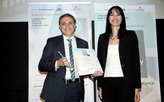 Ο κος Γιάννης Τσίχλης Γενικός Διευθυντής Marketing της Grecotel παραλαμβάνει το κορυφαίο βραβείο του θεσμού από την αναπληρώτρια Υπουργό Τουρισμού κα Έλενα Κουντουρά.