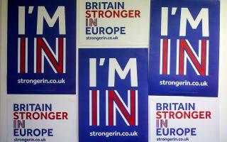Μόνο σε Ισπανία, Ιρλανδία, Γαλλία και Γερμανία διαμένουν μόνιμα 852.000 Βρετανοί πολίτες. Βρετανοί που ζουν και εργάζονται εκτός Βρετανίας, αλλά εντός Ε.Ε., εκφράζουν όλο και μεγαλύτερη ανησυχία δύο μήνες πριν από το δημοψήφισμα, από το οποίο θα κριθεί η παραμονή της χώρας τους στην Ενωση. Στη φωτογραφία, αφίσες των υπέρμαχων του «Ναι» ενόψει του δημοψηφίσματος.