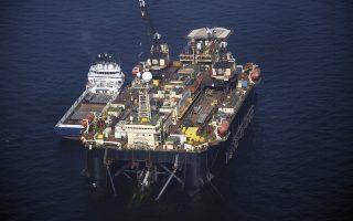 Τις μέρες αυτές στις πίντες της ναυπηγοεπισκευαστικής ζώνης είναι δεμένη η μήκους 150 μέτρων πλωτή πλατφόρμα κατασκευής υποθαλάσσιων αγωγών «Castoro Sei». Πλοίο που, μεταξύ άλλων, εργάστηκε για την κατασκευή του αγωγού Nord Stream.