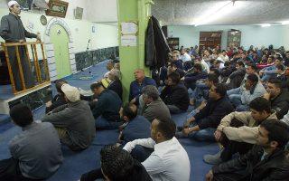Μουσουλμάνοι μετανάστες, κάτοικοι Αθηνών, προσεύχονται σε ανεπίσημο ναό στο κέντρο της Αθήνας, τη στιγμή που η δημιουργία ενός νόμιμου χώρου προσευχής προσκρούει σε ανησυχίες και σε διοικητικές προσφυγές.