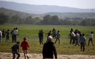 Συμπλοκή μεταναστών με κλαδιά και πέτρες, χθες, στον καταυλισμό της Ειδομένης