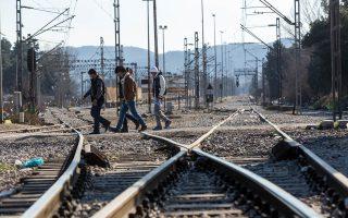 Το κλείσιμο της σιδηροδρομικής γραμμής για πάνω από ένα μήνα στην Ειδομένη έχει προκαλέσει βραχυκύκλωμα σε εισαγωγές και εξαγωγές. Οι μεταφορείς όλης της χώρας κάνουν λόγο για ζημίες που ξεπερνούν τις 800.000 ευρώ.