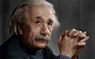 Ο Αλβέρτος Αϊνστάιν διαπίστωσε πως η βαρύτητα δεν είναι στην πραγματικότητα μία δύναμη αλλά το αποτέλεσμα της παραμόρφωσης των τεσσάρων διαστάσεων του χωρόχρονου.