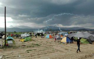 Επεισόδια μεταξύ προσφύγων και των αστυνομικών αρχών της ΠΓΔΜ  στη σιδηροδρομική γραμμή στην Ειδομένη, την Κυριακή 10 Απριλίου 2016. Οι αστυνομικοί της ΠΓΔΜ έκαναν χρήση δακρυγόνων και χειροβομβίδων κρότου λάμψης, ενώ οι πρόσφυγες πετούσαν προς το μέρος των αστυνομικών πέτρες και διάφορα άλλα αντικείμενα. Από το πρωί εκατοντάδες πρόσφυγες άρχισαν να συγκεντρώνονται στη σιδηροδρομική γραμμή, στην ουδέτερη ζώνη Ελλάδας- ΠΓΔΜ. Η ένταση ξεκίνησε γύρω στις 11.30 το πρωί, όταν πενταμελής αντιπροσωπεία τους κινήθηκε προς τον φράκτη, στην πλευρά της ΠΓΔΜ και επιχείρησε να διαπραγματευτεί με τις αστυνομικές αρχές της γειτονικής χώρας, προκειμένου να τους επιτραπεί να περάσουν τα σύνορα και να συνεχίσουν το ταξίδι τους. Καθώς δεν υπήρξε ανταπόκριση στο αίτημα, περίπου 500 πρόσφυγες κινήθηκαν προς τον φράκτη, εξωτερικά των σιδηροδρομικών γραμμών και ακολούθησε διαμαρτυρία, ενώ από την πλευρά της αστυνομικών αρχών της ΠΓΔΜ ξεκίνησε η ρίψη δακρυγόνων. Όπως αναφέρουν οι Γιατροί Χωρίς Σύνορα, πολλοί πρόσφυγες κατέφυγαν στα ιατρεία του καταυλισμού με αναπνευστικά προβλήματα. ΑΠΕ-ΜΠΕ/ ΑΠΕ-ΜΠΕ/STR