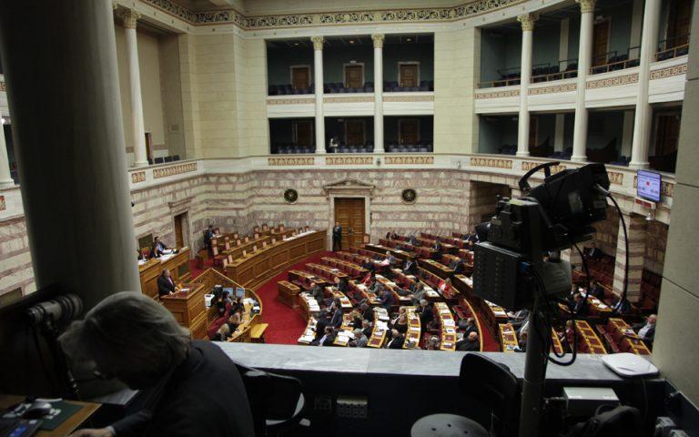 Μετωπική στη Βουλή για προσφυγικό