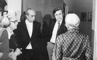 Ο Αλέξανδρος Κοτζιάς, ο Στρατής Τσίρκας και η Μαρώ Σεφέρη (πλάτη) στο σπίτι της Αριέττας Ρούφου το 1975 (Αρχείο οικογενείας Κοτζιά).