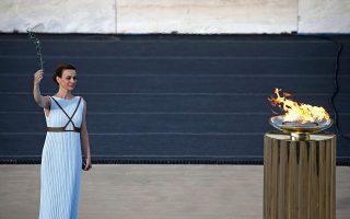 Σε μια σεμνή, αλλά γεμάτη μηνύματα τελετή στο Παναθηναϊκό Στάδιο, παρουσία του Προέδρου της Δημοκρατίας Προκόπη Παυλόπουλου, η Ελλάδα παρέδωσε την Ολυμπιακή Φλόγα στους εκπροσώπους της Οργανωτικής Επιτροπής «Ρίο 2016».