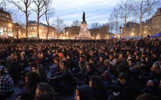 Αρχής γενομένης από την 31η Μαρτίου, χιλιάδες άνθρωποι, κυρίως νέοι, διαδηλώνουν την αντίθεσή τους στο υπάρχον πολιτικό σύστημα στο κέντρο του Παρισιού.