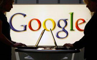 Η Κομισιόν απήγγειλε επισήμως κατηγορία για παραβίαση της αντιμονοπωλιακής νομοθεσίας, κατηγορώντας την Google ότι συνάπτει συμβόλαια αποκλειστικότητας με τα οποία αναγκάζει τους κατασκευαστές ταμπλετών και κινητών τηλεφώνων να εγκαθιστούν εκ των προτέρων στις συσκευές που κατασκευάζουν την εφαρμογή για την αναζήτηση πληροφοριών στο Ιντερνετ και τον περιηγητή.