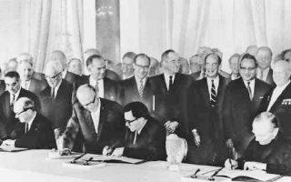 Μόσχα, 5 Αυγούστου 1963. Ο υπουργός Εξωτερικών των ΗΠΑ, Ντιν Ρασκ (δεξιά), της ΕΣΣΔ Αντρέι Γκρομίκο (κέντρο) και της Βρετανίας Λόρδος Χιουμ (αριστερά) υπογράφουν τη συνθήκη περιορισμού των πυρηνικών δοκιμών. Πίσω από τον Ρασκ εικονίζεται ο Νικίτα Χρουστσόφ και δίπλα του ο γ.γ. του ΟΗΕ Ου Θαντ.