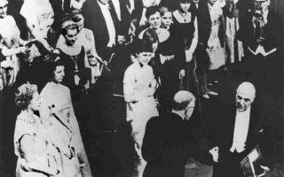 10 Δεκεμβρίου 1963. Ο ποιητής Γιώργος Σεφέρης παραλαμβάνει το δίπλωμα του Βραβείου Νομπέλ από τον βασιλιά της Σουηδίας Γουσταύο Στ΄Αδόλφο κατά την τελετή απονομής στη Σουηδική Ακαδημία.