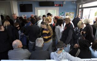 Συνωστισμός, εκνευρισμός, φωνές παραπόνων πλημμυρίζουν τις αίθουσες αναμονής των νοσοκομείων και εντείνουν τον πόνο των ασθενών.