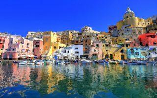 Κλασική ομορφιά της Costa Amalfitana με τους παραθαλάσσιους οικισμούς και τη μαγευτική διαδρομή, που χρειάζεται ωστόσο προσοχή στο οδήγημα.