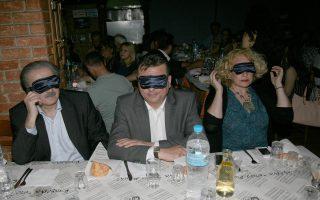 Εκτίει ποινή. Ο Λάκης Λαζόπουλος παίζει τον τυφλό, σε εκδήλωση για τα άτομα με ειδικές ανάγκες. Ελπίζω να βρεθεί τρόπος και η φωτογραφία να φθάσει στο γραφείο του Σόιμπλε...