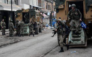 Τούρκοι στρατιώτες σε επιφυλακή για μία ακόμα σύγκρουση στο Ντιγιαρμπακίρ.