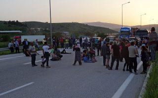 Οικογένειες με μικρά παιδιά, πρόσφυγες, σε καθιστική διαμαρτυρία στον κόμβο της Εγνατίας απέναντι από το κέντρο φιλοξενίας στον Κατσικά.