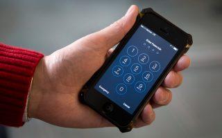 Η Apple αρνήθηκε να παράσχει βοήθεια στις Αρχές των ΗΠΑ, αλλά τώρα ζητάει να μάθει πώς «άνοιξαν» το τηλέφωνο.