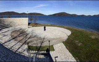Το μικρό θέατρο στην όχθη των (ανεβασμένων) νερών της λίμνης. Εδώ το καλοκαίρι πραγματοποιείται το Φεστιβάλ Λιμνών.