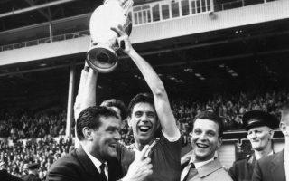 Ο Τσέζαρε Μαλντίνι σηκώνει στον ουρανό του Λονδίνου το Κύπελλο Πρωταθλητριών Ευρώπης.