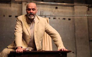 Ο Νίκος Χατζόπουλος, υποδυόμενος τον Μπρουσκόν, σε μια σκηνή από το έργο «Ο θεατροποιός», σε σκηνοθεσία Ακύλλα Καραζήση.