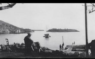 Καρδαμύλη. Αποψη του μαγευτικού κόλπου από το καφενείο «του Χαρίλαου» το 1936. Στο ίδιο, περίπου, σημείο βρίσκεται σήμερα η γνωστή ταβέρνα της Λέλας.