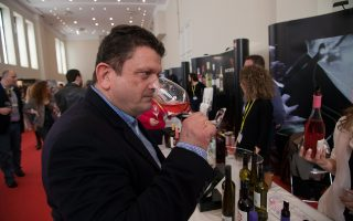 """«Το ελληνικό κρασί προοδεύει συνεχώς», λέει ο Κυριάκος Κυνηγόπουλος. «Το μοναδικό πρόβλημα είναι ότι τα περισσότερα κρασιά γίνονται για να """"πάνε"""" εκεί όπου θέλει ο καταναλωτής: να είναι αρωματικά και εύκολα»."""