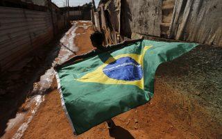 Οι Βραζιλιάνοι χρεώνουν στην κυβέρνηση τη συνεχιζόμενη ύφεση στην οικονομία, όπως και τη σπατάλη δημοσίων χρημάτων για το Παγκόσμιο Κύπελλο του 2014 και τους φετινούς Ολυμπιακούς.