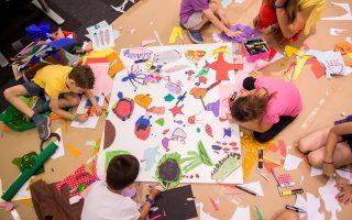 Playroom: Για τις ανάγκες του, η Ιωάννα Γουζέλη και η Αγγελική Μπόζου συνεργάζονται με σημαντικούς πολιτιστικούς φορείς, με άλλους 20 εικαστικούς και μουσικούς.