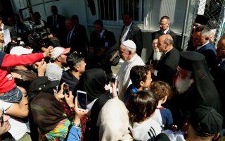 Συστράτευση αλληλεγγύης και γενναιοδωρία ζήτησαν από την ανθρωπότητα ο Οικουμενικός Πατριάρχης κ.κ. Βαρθολομαίος, ο Πάπας Φραγκίσκος και ο Αρχιεπίσκοπος Ιερώνυμος, χθες, κατά την κοινή συμβολική επίσκεψή τους στη Λέσβο. Οι τρεις Προκαθήμενοι χαρακτήρισαν το προσφυγικό ως τη χειρότερη ανθρωπιστική κρίση μετά τον Β΄ Παγκόσμιο Πόλεμο, εξαίροντας την προσφορά του δοκιμαζόμενου από την κρίση ελληνικού λαού προς τους κατατρεγμένους. Στη φωτογραφία οι ηγέτες της Χριστιανοσύνης ανάμεσα σε πρόσφυγες