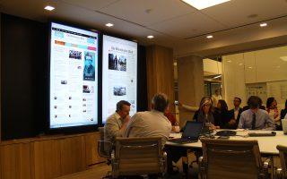 Σύσκεψη στα ανακαινισμένα γραφεία της Washington Post. Το newsroom απλώνεται σε έναν τεράστιο όροφο, ακτινοβολεί από καθαριότητα και έχει παντού οθόνες.