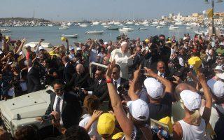 Ο Πάπας Φραγκίσκος κατά την επίσκεψή του στην ιταλική Λαμπεντούζα, προορισμό χιλιάδων προσφύγων από την Αφρική και τη Μ. Ανατολή, το 2013.