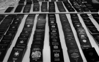 Mέσα στο 2015 το Τμήμα Δίωξης Παράνομης Μετανάστευσης της Διεύθυνσης Αλλοδαπών Αττικής εντόπισε 15 εργαστήρια, συνέλαβε 45 άτομα με την κατηγορία της πλαστογραφίας και κατέσχεσε 6.172 ταξιδιωτικά έγγραφα