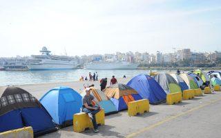 Οι πρόσφυγες στον Πειραιά τελούν υπό ιδιότυπο καθεστώς.