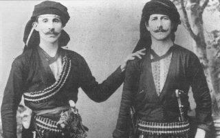 Πόντιοι με παραδοσιακές στολές. Από την πλούσια εικονογράφηση του τόμου.