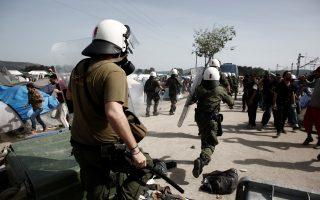 Τα ΜΑΤ επιχειρούν να διαλύσουν ομάδα προσφύγων που πετούσαν πέτρες σε βαν της αστυνομίας μετά τον τραυματισμό ενός πρόσφυγα από αυτοκίνητο της αστυνομίας στον προσφυγικό καταυλισμό της Ειδομένης, κοντά στα σύνορα Ελλάδας-ΠΓΔΜ, Δευτέρα 18 Απριλίου 2016. ΑΠΕ-ΜΠΕ/ΑΠΕ-ΜΠΕ/ΚΩΣΤΑΣ ΤΣΙΡΩΝΗΣ