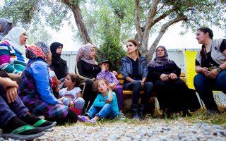 Συζητώντας με Σύρους και Αφγανούς πρόσφυγες στον καταυλισμό του Καρά Τεπέ στη Λέσβο. Από την πρόσφατη επίσκεψη της βασίλισσας Ράνιας στο νησί.