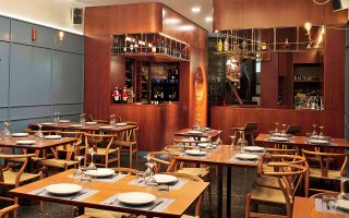 mono-wine-restaurant-anevasmeni-oinogastronomia-sti-plaka0