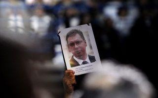 Υποστηρικτές του Σερβικού Προοδευτικού Κόμματος (SNS) κρατούν πόστερ του νυν πρωθυπουργού Αλεξάνταρ Βούτσιτς.