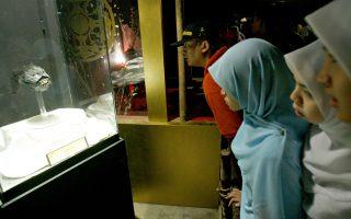 Επισκέπτες παρατηρούν με δέος το κρανίο ενός υποτιθέμενου υπερφυσικού πλάσματος σε μουσείο στα περίχωρα της Κουάλα Λουμπούρ.